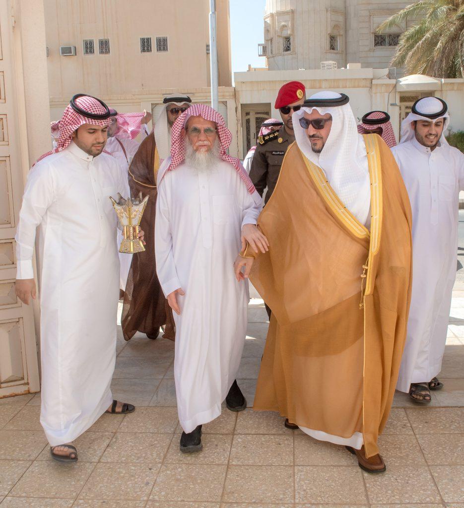 أمير القصيم يزور الشيخ منصور الجوفان بمنزله للإطمئنان على صحته