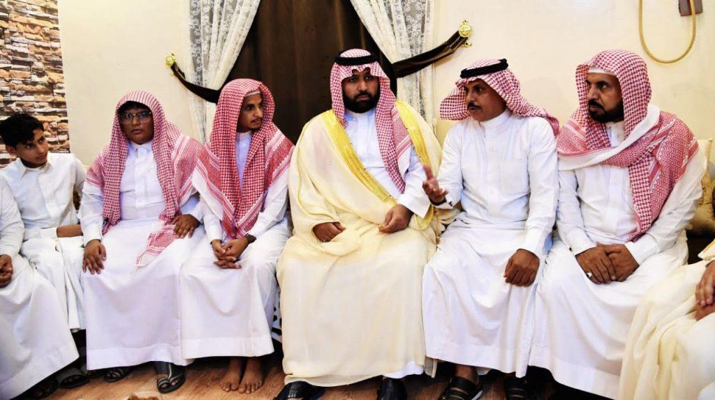 محمد بن عبدالعزيز ينقل تعازي القيادة لذوي الشهيد الحدري