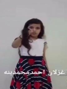 شاهد.. فتاة يمنية تقص شعرها لإثارة حمية القبائل بأن يثوروا في وجه الميليشيات الحوثية