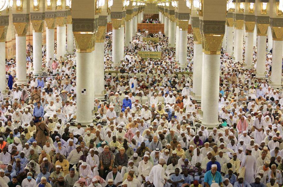 مصلون يؤدون صلاة الجمعة الأولى في العام الهجري 1440هـ وسط خدمات سخرتها أجهزة الدولة لخدمة المصلين في المسجد النبوي
