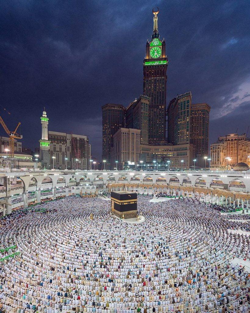 بالفيديو| مشهد مبهر.. صاعقة تضرب ساعة مكة وقت الآذان