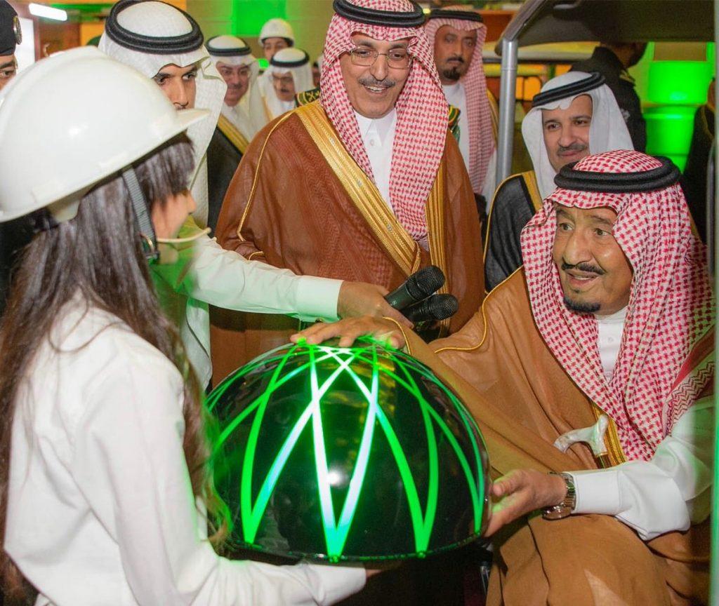 خادم الحرمين يدشن مركز الملك سلمان الدولي للمؤتمرات بالمدينة المنورة