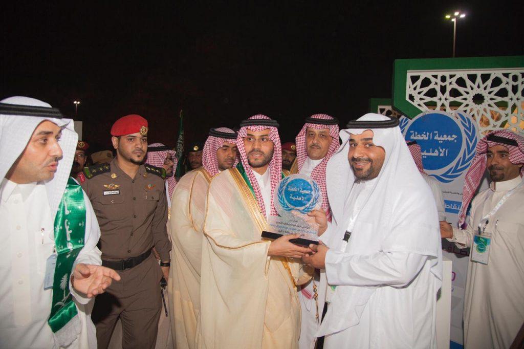الأمير فيصل بن فهد بن مقرن في جناح جمعية خطة حائل الخيرية .