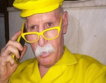 """يرتديه منذ 35 عاما ومستشهدا بآية قرآنية .. من هو """"أبو زكور"""" السوري الملقب بـ """" الرجل الأصفر""""؟"""