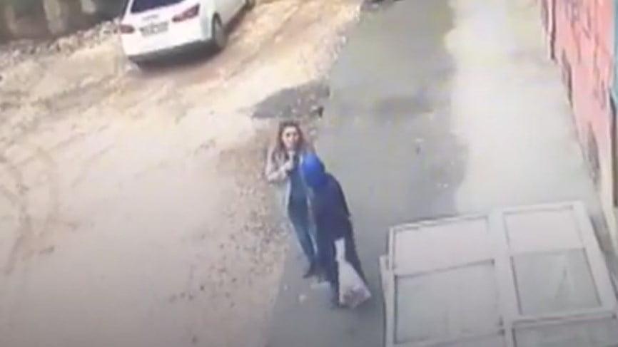 فيديو مرعب.. الأرض تبتلع سيدتين في تركيا
