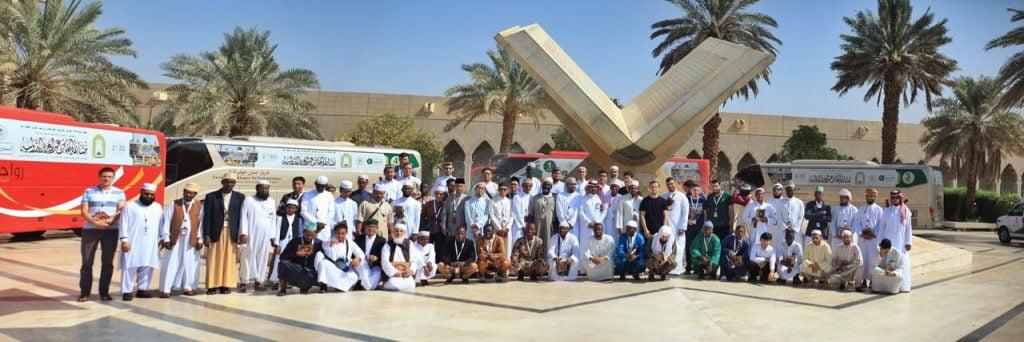 المتنافسون في مسابقة الملك عبدالعزيز القرآنية يزورون معالم المدينة