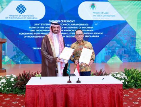 وزير العمل والتنمية الاجتماعية يوقع مع نظيره الإندونيسي في جاكرتا اتفاقية لإعادة استقدام العمالة المنزلية الإندونيسية للعمل في المملكة