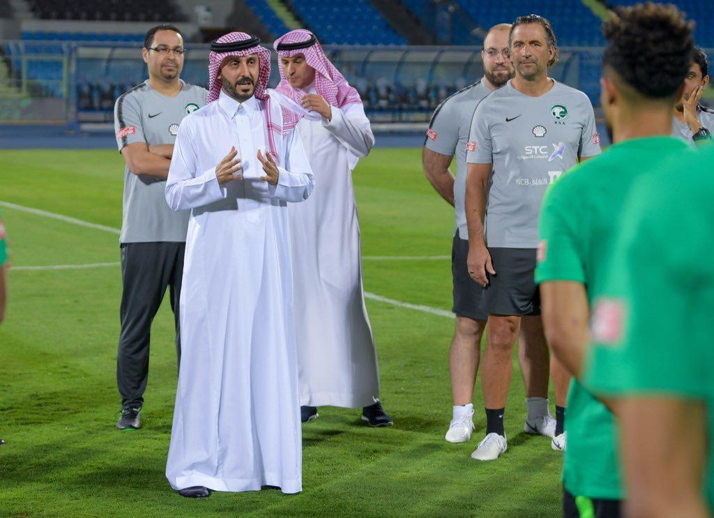 رئيس اتحاد القدم يلتقي الجهازين الإداري والفني ولاعبي المنتخب بمعسكر الرياض