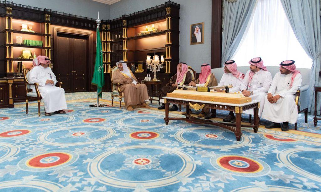 الأمير حسام بن سعود يطلع على برامج هيئة السياحة والبريد السعودي بالمنطقة