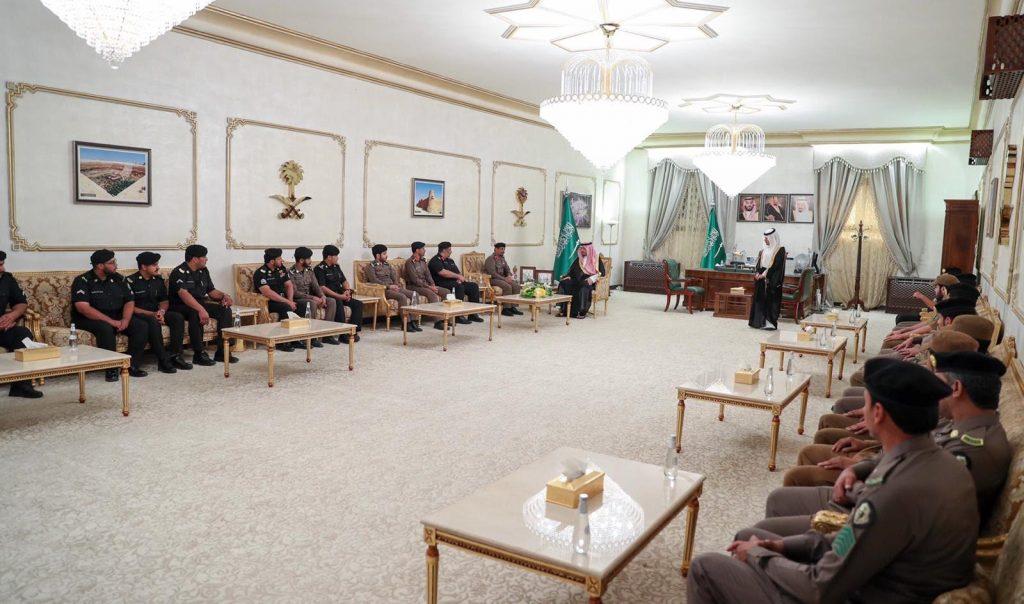الأمير فيصل بن خالد بن سلطان يكرّم عدداً من منسوبي شرطة منطقة الحدود الشمالية