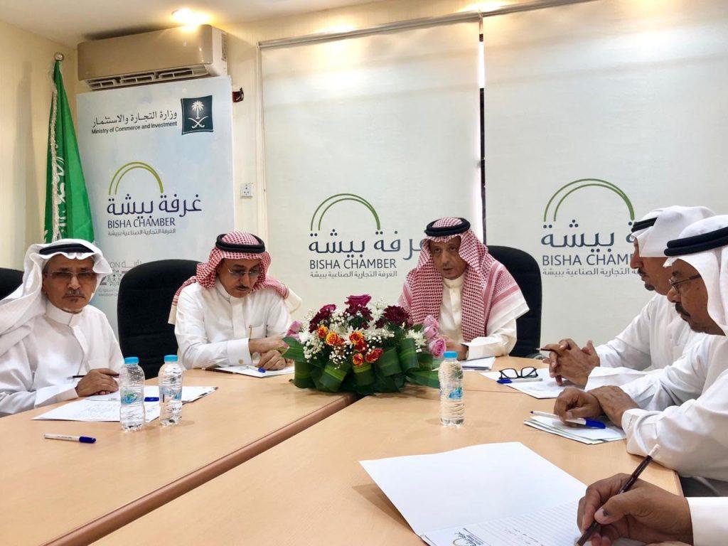محافظ بيشة يجتمع مع رئيس وأعضاء الغرفة التجارية بالمحافظة