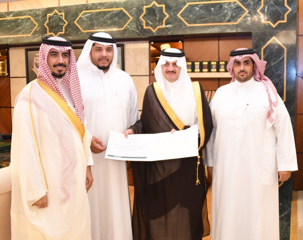 سمو الأمير سعود بن نايف يكرم السائق غسان الشقاق