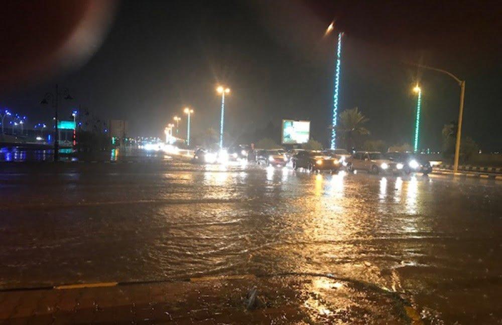 أمطار على عرعر وضواحيها تتسبب بإغلاق عدد من الطرق