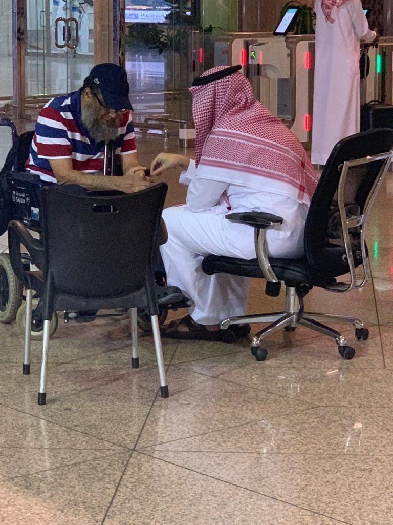 """في موقف إنساني .. نائب أمير الشرقية يصطحب """"مسناً"""" على كرسي متحرك تأخر عن رحلته في طائرة سموُّه"""