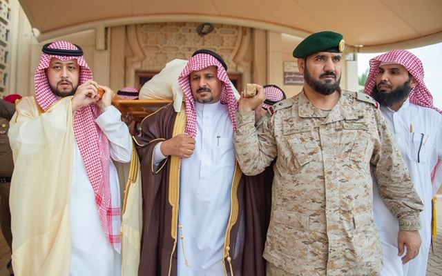 نائب أمير القصيم يؤدي صلاة الميت على شهيد الواجب الجندي أول عايد المظيبري
