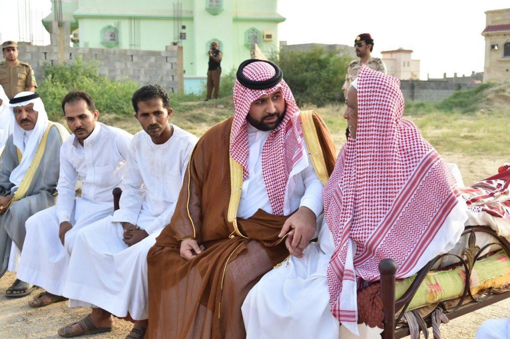 """نائب أمير منطقة جازان ينقل تعازي القيادة لوالد وذوي الشهيد """"الخوري"""".."""