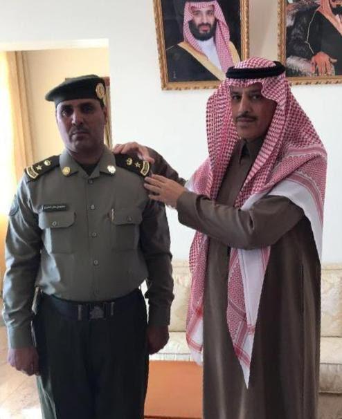  السديري يقلد مدير ادارة جوازات تيماء رتبة الجديدة