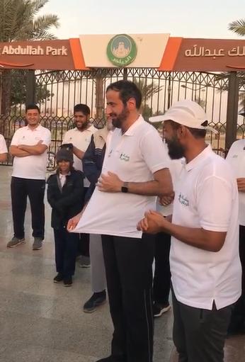 وزير الصحة يرتدي قميص مشاة الرياض ويمارس معهم #المشي_فجرا