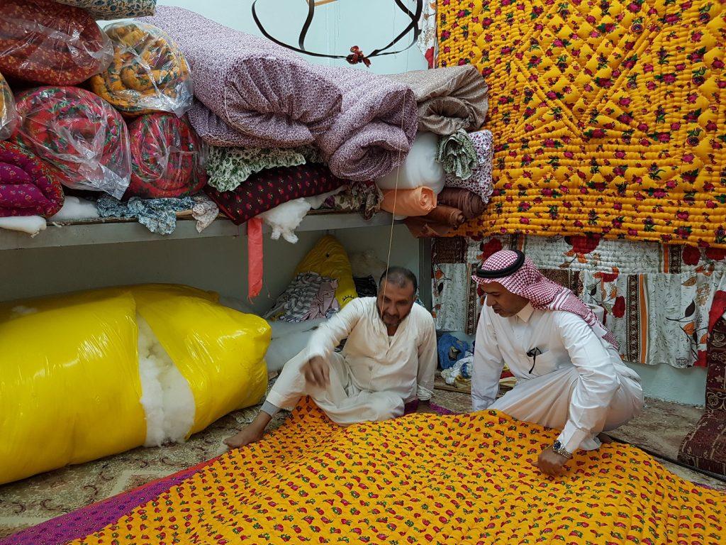 أغطية النوم القطنية السر الذي تتوارثه الأجيال في الشتاء بوادي الدواسر