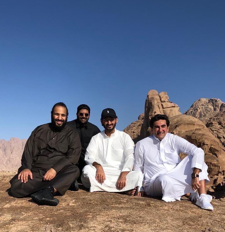 شاهد بالصور ولي العهد مع مجموعة من الوزراء في جبل اللوز بتبوك