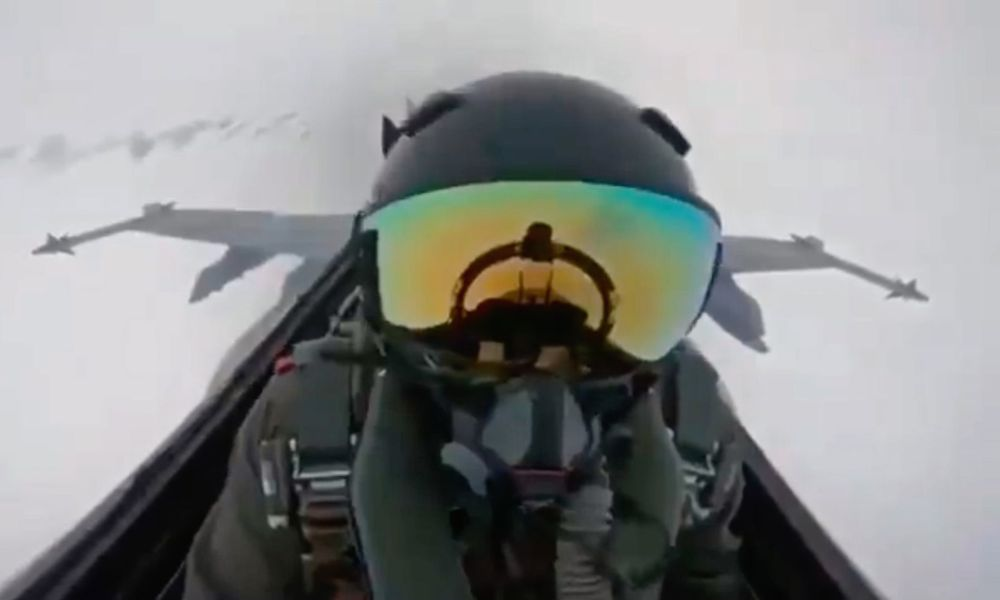 """شاهد.. البرق يضرب مقاتلة """"إف 18""""..وفيديو يوثق الحادثة"""