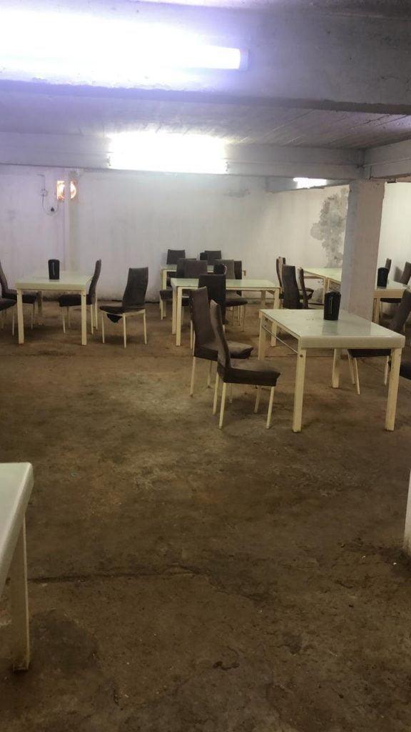 بلدية محافظة طريف تغلق مطعم عشوائي تديره عمالة وافدة