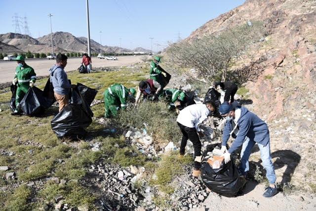أمانة منطقة المدينة المنورة تنظم حملة تطوعية لشباب وشابات المدينة للمحافظة على النظافة