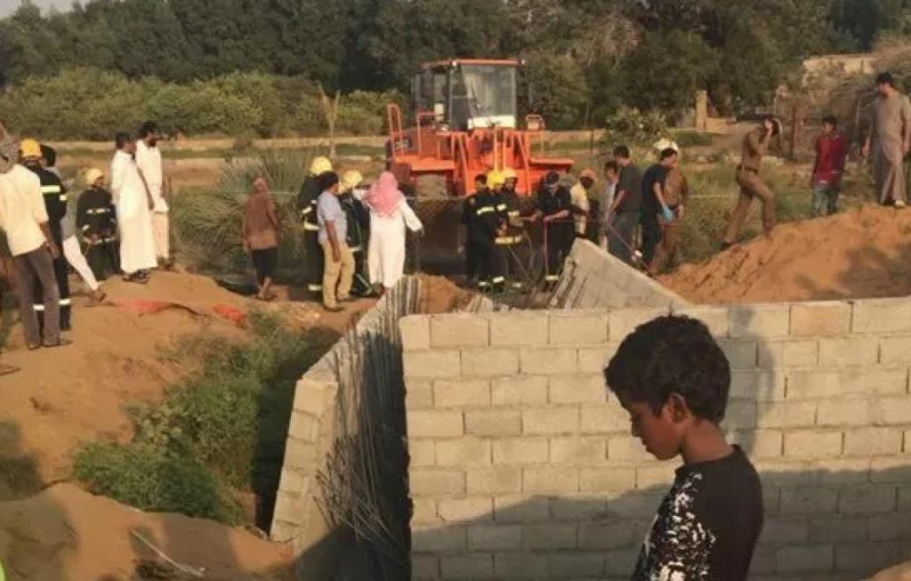 وفاة عاملين يمنيين بعد انهيار حفرة صرف صحي عليهما بجازان
