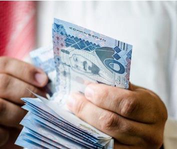 موظف سعودي يصل دوامه لـ11 ساعة يوميًا.. لن تصدق قيمة الراتب الذي يحصل عليه!