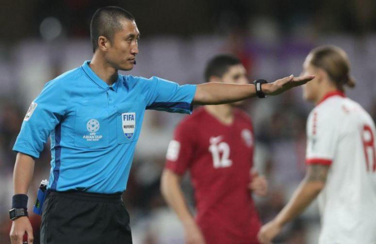 مدرب لبنان يستشيط غضباً من التحكيم أمام قطر