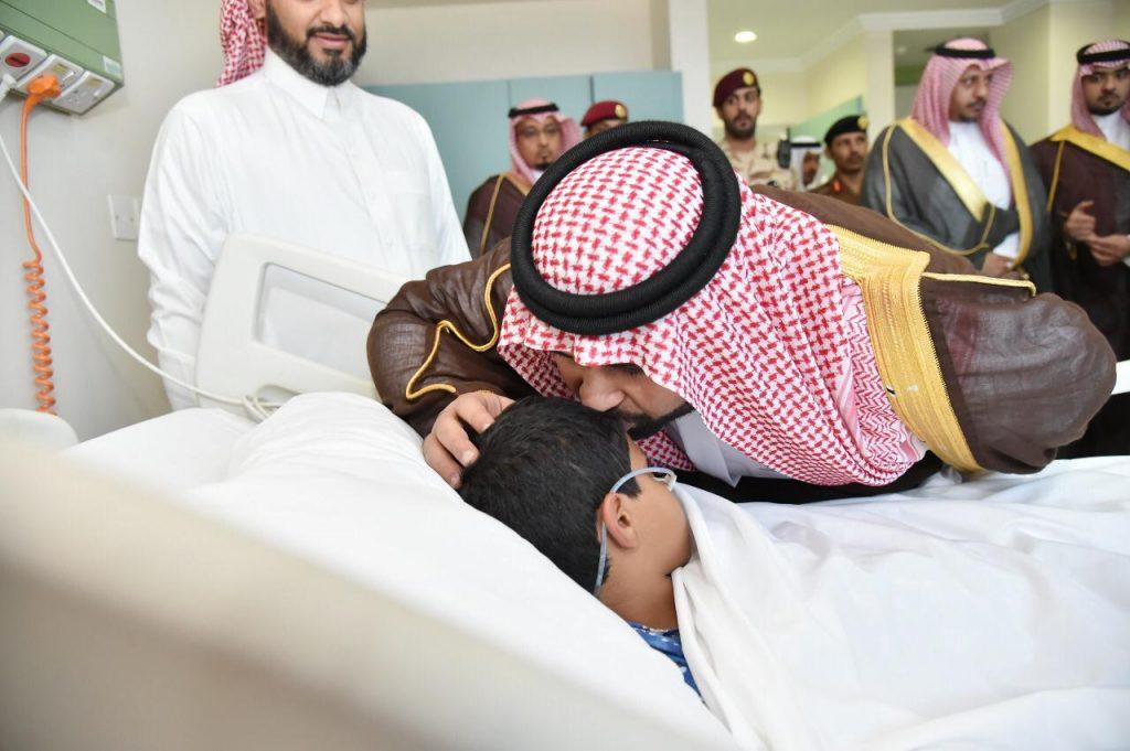 """نائب أمير منطقة جازان يزور الطفل """"جبران سحاري"""" المصاب في انفجار لغم منقول"""