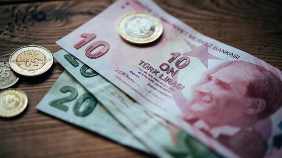 الليرة التركية تهبط وسط موجة بيع عالمية وقلق بشأن المركزي