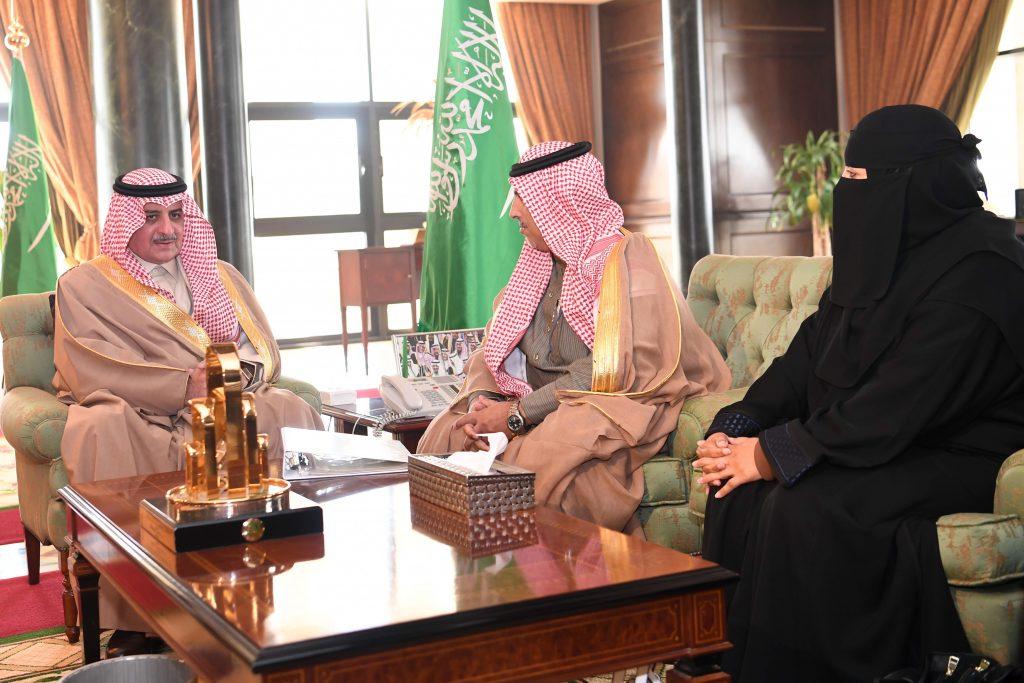 أمير تبوك يستقبل مدير فرع وزارة العمل والتنمية الاجتماعية بالمنطقة