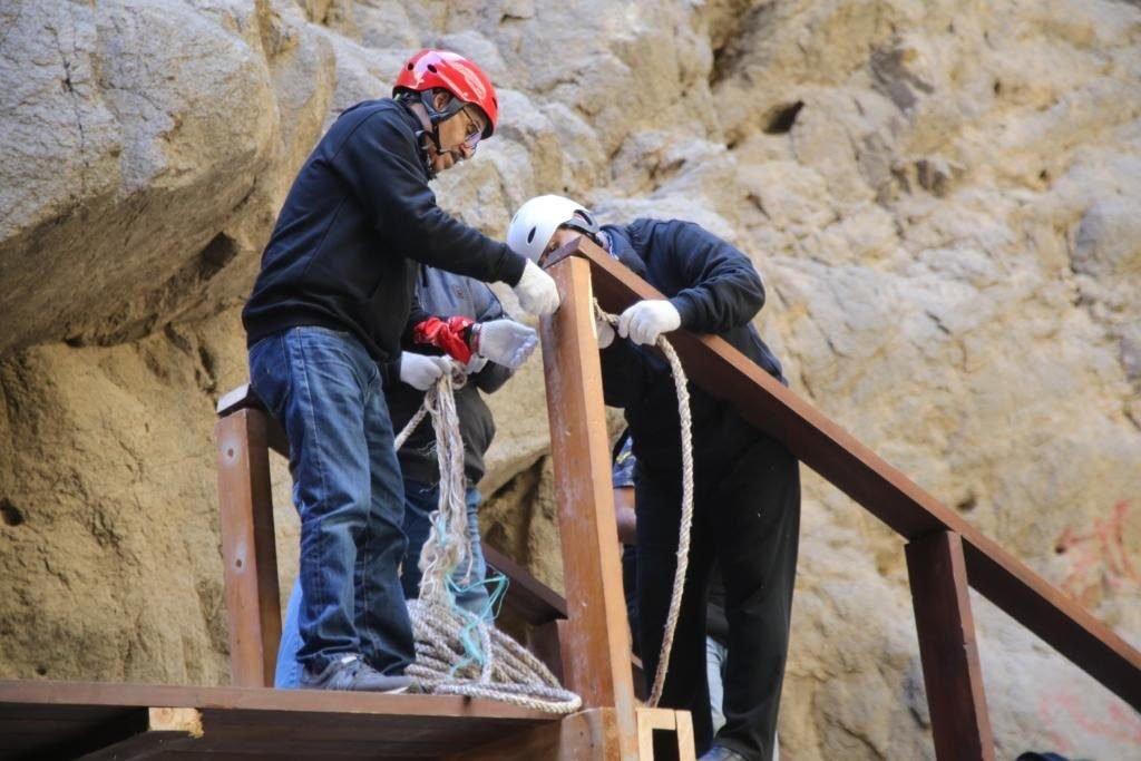 """موظفو نيوم يعيدون بناء جسر المشاة في """"وادي طيب اسم"""" بأرض المشروع"""