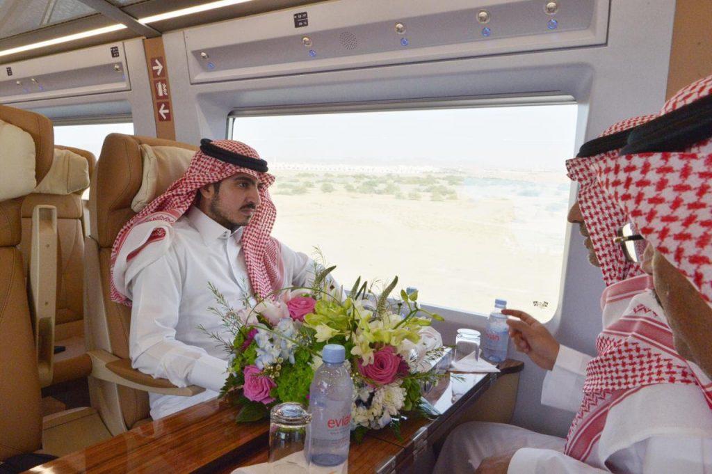 بدر بن سلطان يستقل قطار الحرمين متوجهاً إلى مكة المكرمة