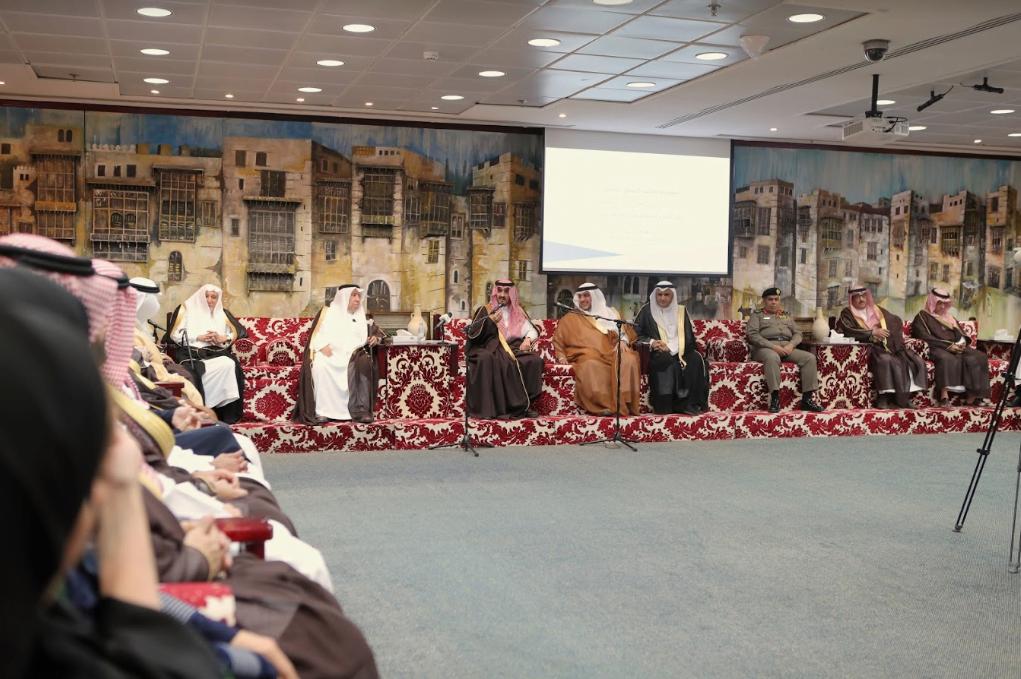 نائب أمير مكة يلتقي عددًا من رجال وسيدات الأعمال في الغرفة التجارية بجدة