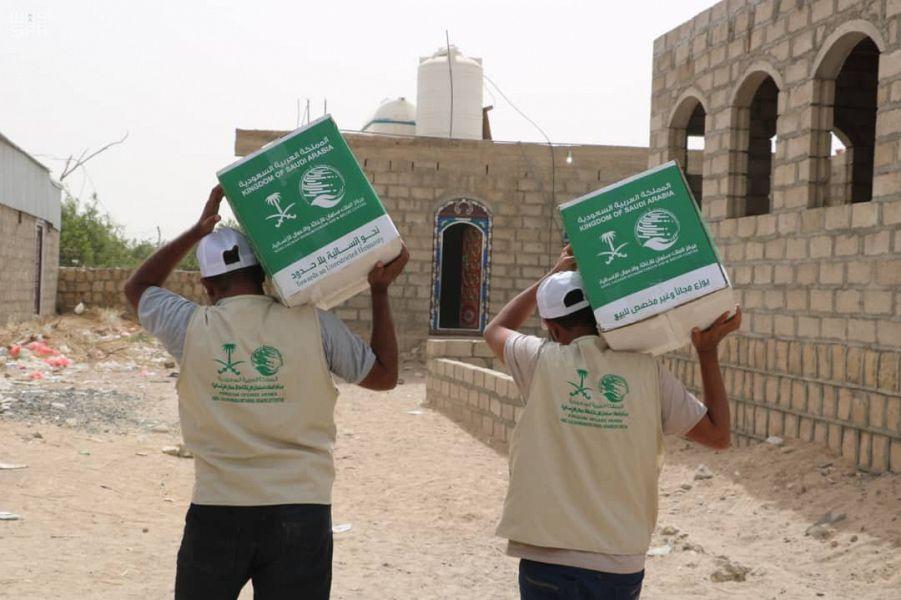 مركز الملك سلمان للإغاثة يوزع مئات السلات الغذائية للنازحين من صعدة إلى مأرب