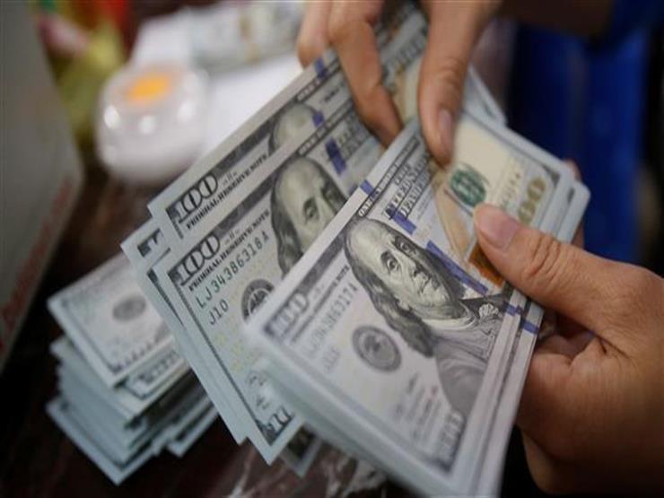 الدولار يتمسك بمكاسبه
