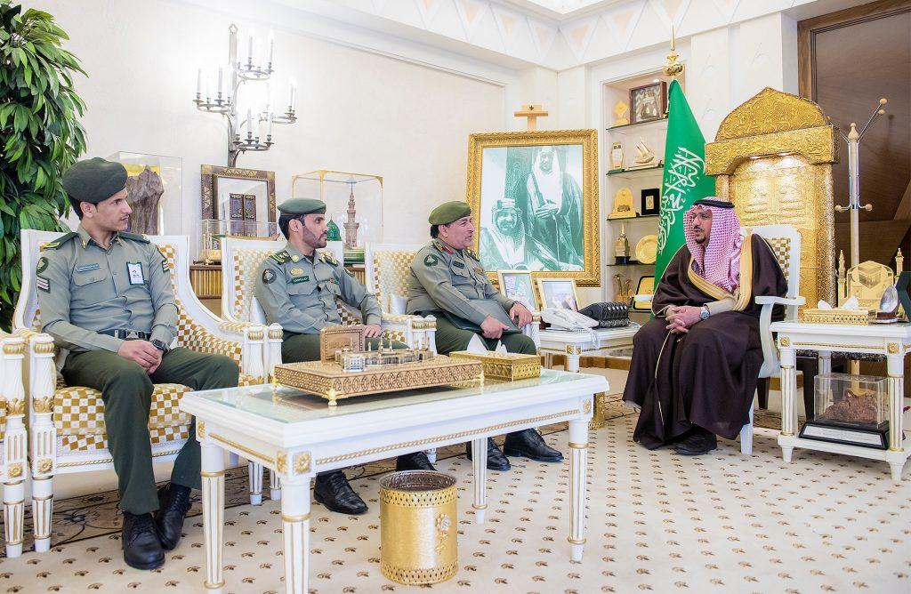 أمير القصيم يكرم وكيل رقيب الحربي من الجوازات لتميزه في أداء عمله