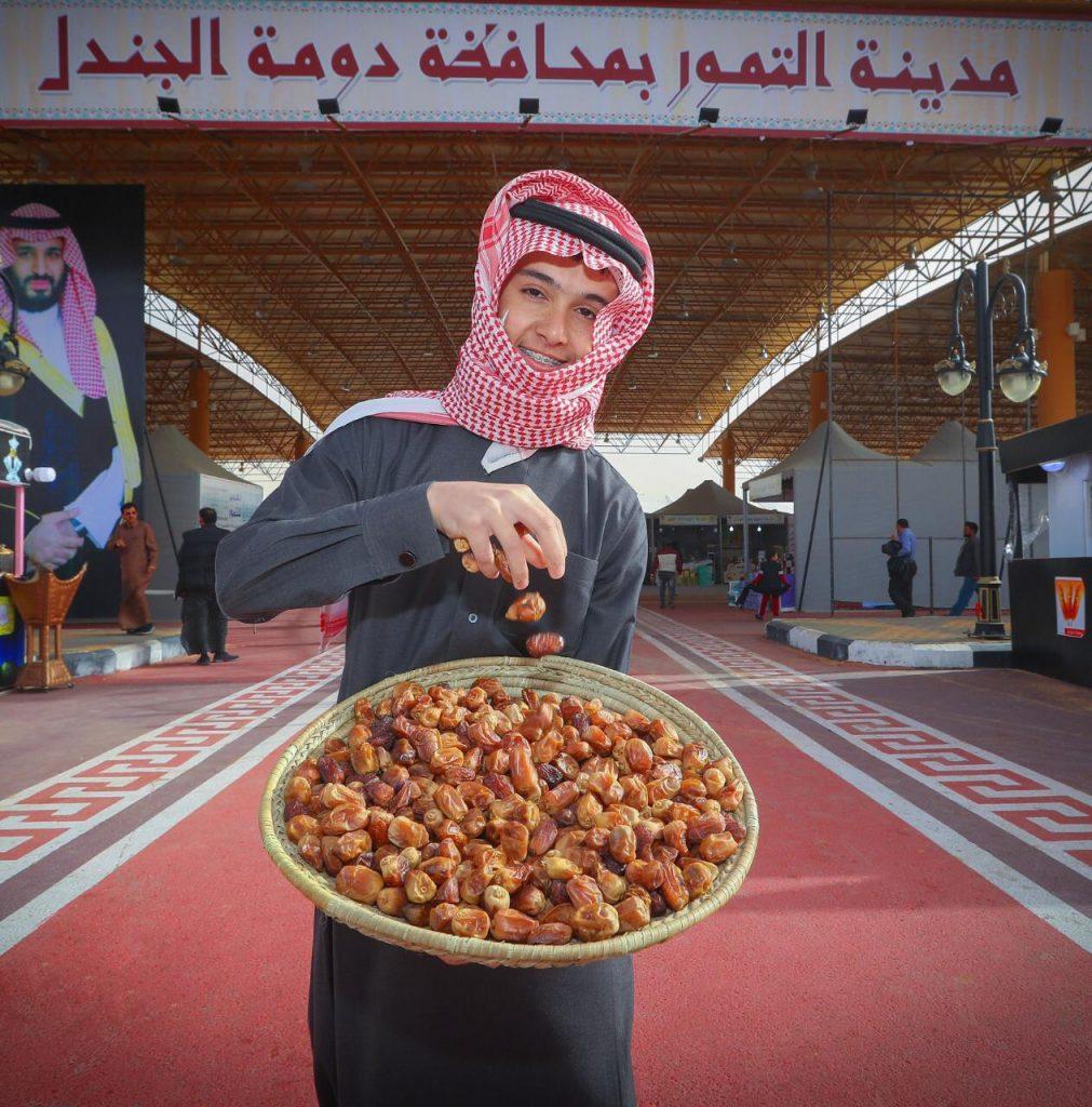 اللاحم يفوز بجائزة مالية كأفضل صورة تمور بمهرجان تمور الجوف السادس