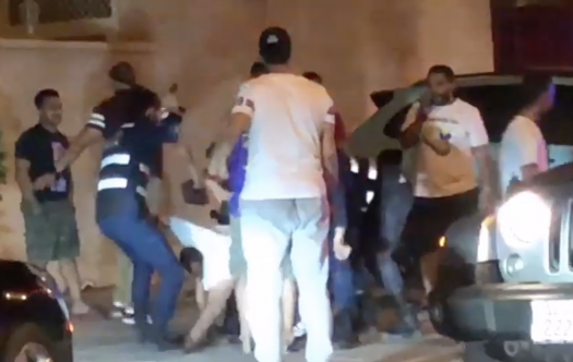 شاهد بالفيديو : مشاجرة بين مجموعة من الشباب ورجال أمن بالكويت!