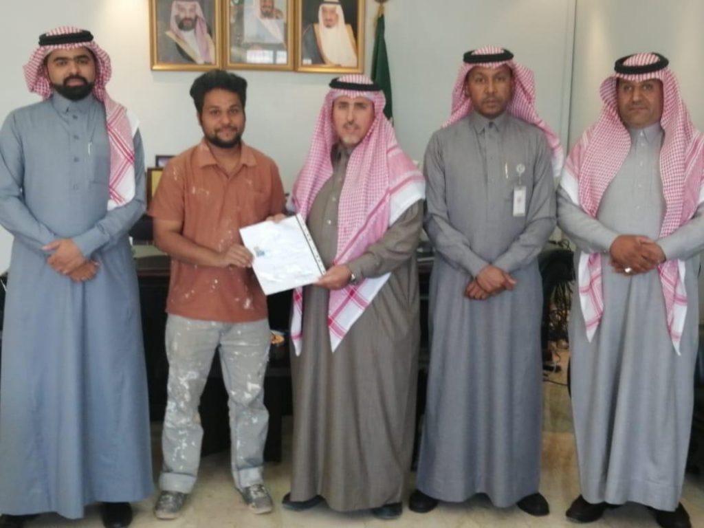 فرع وزارة العمل بتبوك يسلم شاب سعودي أول شهادة فحص مهني بالمنطقة