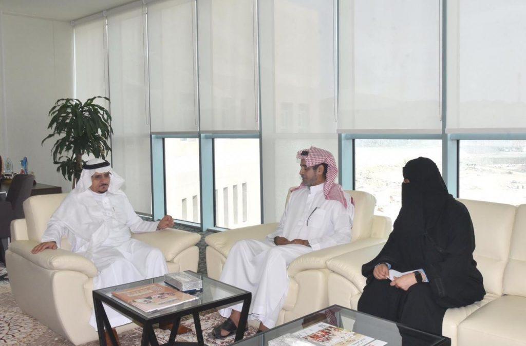 تقديراً لما قامت به من عمل إنساني : مدير جامعة الباحة يُكرّم الطالبة أميرة الغامدي