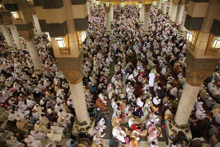 ضيوف برنامج خادم الحرمين الشريفين للعمرة يؤدون صلاة الجمعة بالمسجد النبوي