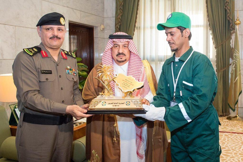 أمير الرياض يستقبل منسوبي مديرية السجون وعدداً من نزلاء السجون