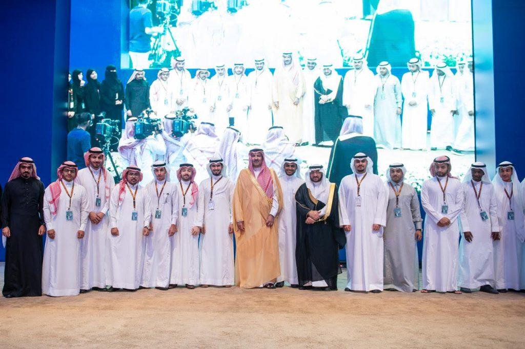"""أمير المدينة المنورة يكرم الشباب الفائزين في مسابقة بناء الشركات الناشئة المبتكرة """"طيبة تبتكر"""""""