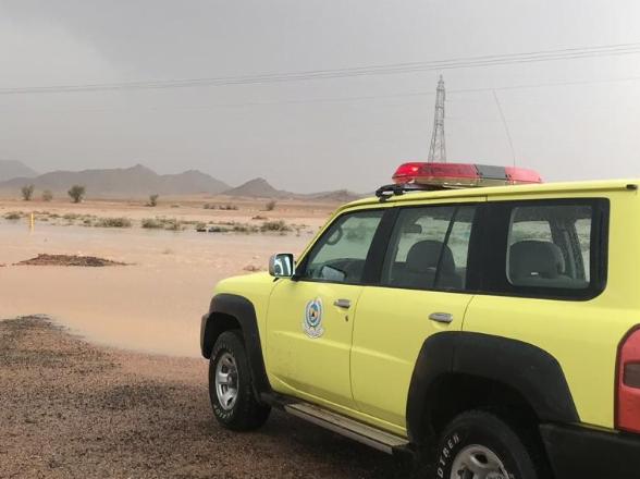 مدني حائل يتابع حالات الاحتجاز لمتضرري الأمطار وينبه بالبعد عن وادي الأديرع