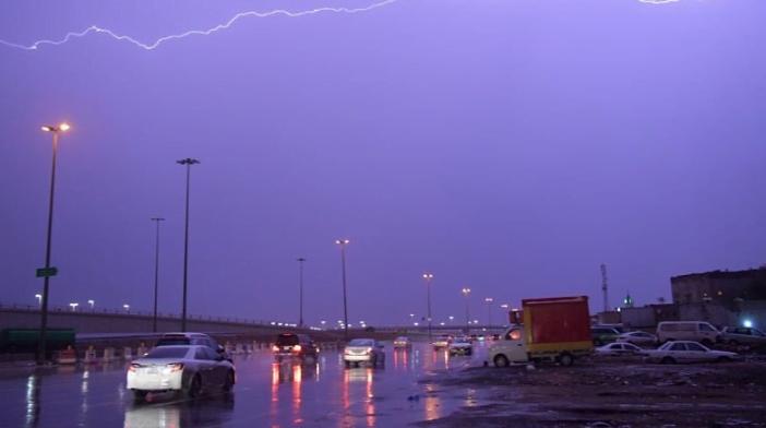 طقس اليوم: إستمرار هطول الأمطار الرعدية بمناطق المملكة