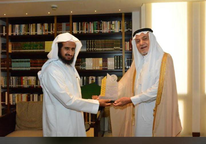 الأمير تركي الفيصل يكرم رئيس تحرير «الدراسات اللغوية» لفوز المجلة بجائزة الآداب