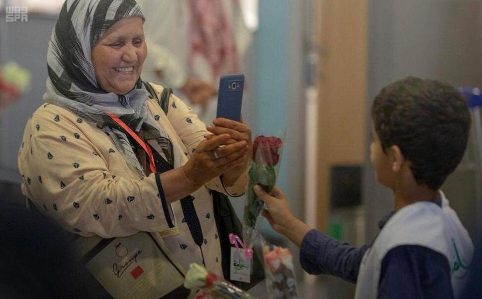 """فريق عطاءات التطوعي بالمدينة يوزع عدداً من الهدايا على زوار المدينة ضمن مبادرة """"خير أمه"""""""